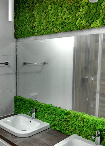 Оформление зеркала в ванной комнате панелями из стабилизированного мха, г. Киев